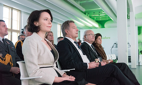 The Finnish president and his wife and the Swedish royal couple listen to the story of UPM BioVerno.